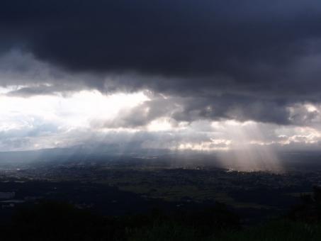 光芒 天使のはしご 日ざし 雲 街 空 静岡県 小山町 足柄峠
