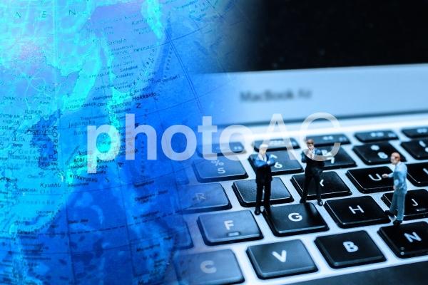 地球儀とビジネスマンの写真