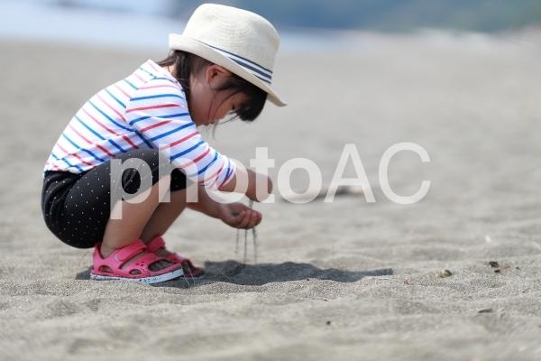 砂浜で遊ぶ女の子3の写真