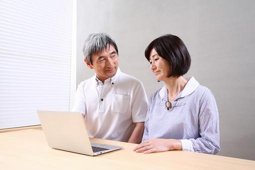 シニア 老人 おじいちゃん おばあちゃん 夫婦 ライフスタイル 趣味 PC ノートパソコン 生涯学習 習う 教える 仲良し おじいさん おばあさん 机 人物 日本人 60代 パソコン 情報 検索 生活 暮らし シニアライフ WEBサイト mdfs002 mdjm013