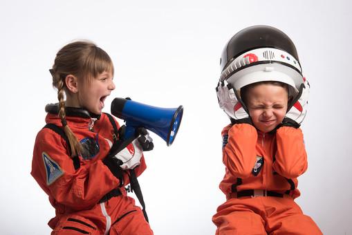 グレーバック 背景 グレー 子ども こども 子供 2人 ふたり 二人 男 男児 男の子 女 女児 女の子 児童 宇宙服 宇宙 服 スペース スペースシャトル 宇宙飛行士 飛行士 オレンジ 希望 夢 将来 未来 体験 職業体験 職業 小道具 小物 ヘルメット 被る かぶる うるさい 煩い 五月蠅い 拡声器 マイク ハンドマイク 叫ぶ 大音量 ボリューム 外国人  mdmk009 mdfk045