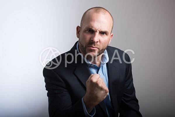 怒っているスキンヘッド外国人男性3の写真