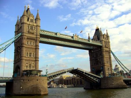 海外 外国 ヨーロッパ イギリス ロンドン タワーブリッジ テムズ川 建造物 歴史 象徴 塔 橋 可動 跳ね橋 船 青空 晴れ 開く 通過 上がる 雲 観光 名所 Europe England London Tower Bridge 川 渡る