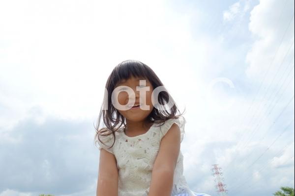 太陽と子供 楽しい女の子の写真