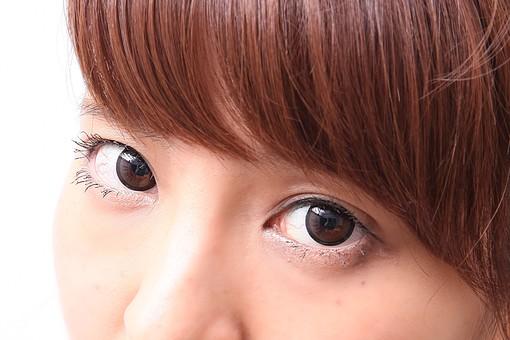 人 人間 人物 人物写真 ポートレート ポートレイト 女性 女 女の人 若い女性 女子 レディー 日本人 茶髪 ブラウンヘア 白色 白背景 白バック ホワイトバック 顔 顔アップ 目 睫毛 まつ毛 下まつげ 見つめる mdfj012