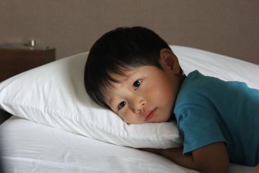 ベット 枕 まくら 寝室 寝床 布団 子供 幼児 眠り 眠さ 眠気 あくび 室内 夜 睡眠 寝付け 寝つけ 子守唄 おやすみ グッドナイト おやすみなさい 添い寝 横たわる 就寝