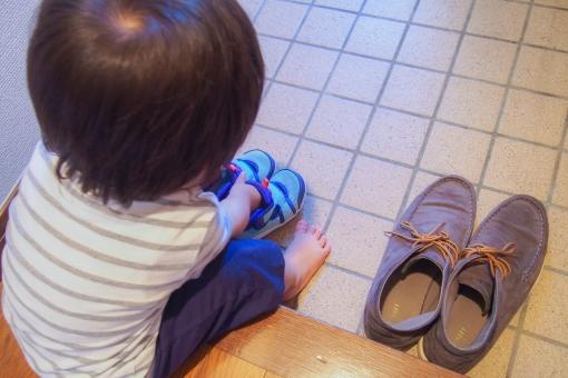靴 スニーカー 子供 男の子 1歳 1歳半 赤ちゃん 並べる 履く 準備 シューズ atohs 子育て 育児 玄関 出発 お出かけ お手伝い お利口 自分の パパの お父さんの 揃える 教育 しつけ 向きを揃える おニュー お気に入り 練習 出来る 自分で