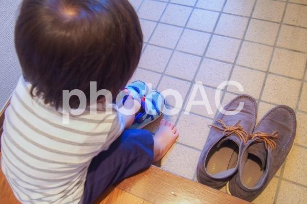 靴を並べる子供の写真