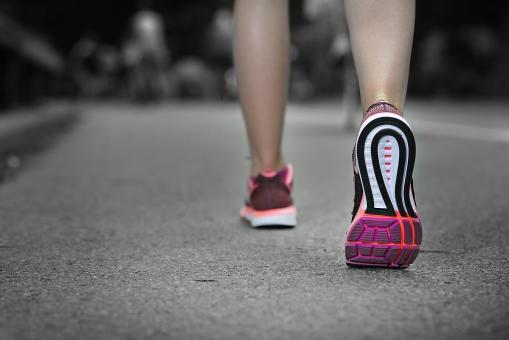 体操 ストレッチ 運動 スポーツ ジョギング ランニング ウォーキング 下半身 脚 足 美脚 レッグ ふくらはぎ 足首 ランニングウェア スポーツウェア 靴 スニーカー シューズ 背景 道路 道 ロード アスファルト 公園 パーク 女性 女子 女