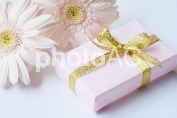 プレゼントとガーベラの写真