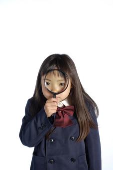 人物 子供 こども 女の子 女児 児童 少女 小学生 学校 制服 私立 礼服 正装 授業 勉強 学業 理科 科学 実験 観察 調査 ルーペ 虫眼鏡 スタジオ撮影 白背景 白バック 日本人 mdfk021