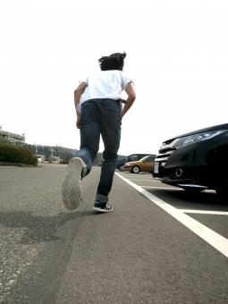 駐車場 走る 駆ける 車 路上 tシャツ 逃亡 スニーカー 盗難 犯罪 犯人 トラブル 追う 追跡 競争 少年 青年 学生 けんか デニム ジーンズ ジーパン 男性 日本人