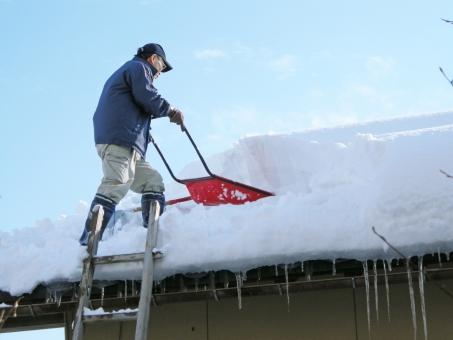 雪 ゆき 大雪 積雪 屋根 雪降ろし 雪下ろし 雪おろし 除雪 スノーダンプ 屋根の除雪 雪国 豪雪 冬 1月 一月 2月 二月 青空 つらら 氷柱