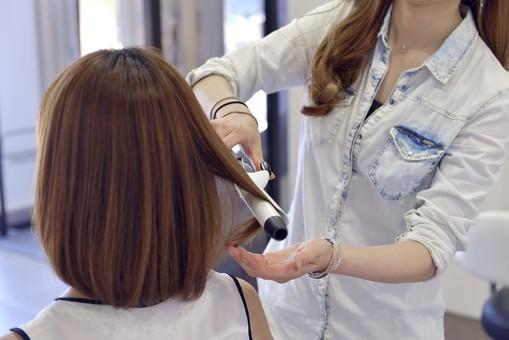 人物 女性 日本人 若い 若者  20代 お客 モデル カットモデル 美容室  美容院 ヘアーサロン 仕事 職業 美容師  屋内 室内 店内 お店 ヘアカット ヘアセット セミロング  美容 ビューティー おしゃれ オシャレ スタイリング  髪の毛 整える コテ 巻く 仕上げ アイロン ヘアアイロン