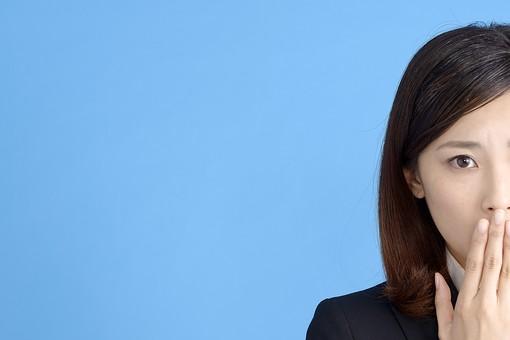 人物 女性 日本人 20代 若者  ビジネス スーツ 黒 紺色 セミロング  OL 社会人 会社員 ビジネスマン 就活  就職活動 真面目 ポーズ 屋内 スタジオ撮影  ブルーバック 顔 正面 半分 見つめる ハッとする 驚く コピースペース 心配 不安 mdjf013