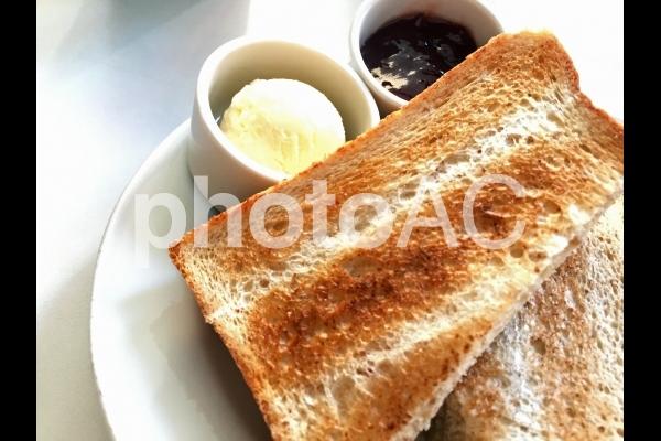 トーストとバターとジャムの写真