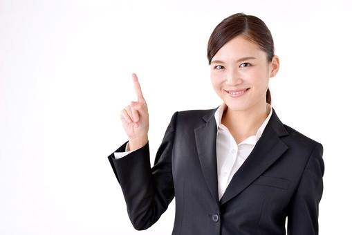 若者 スーツ 社会人 ビジネスマン ビジネス 若い 人物 日本人 新入社員 20代 真面目 就職活動 案内 指差し 白バック 白背景 女性 OL 面接 屋内 上半身 フレッシュマン 就活 説明 上 ポイント 清楚 アジア人 注目 ガイド アドバイス 就活生 新社会人 mdjf007