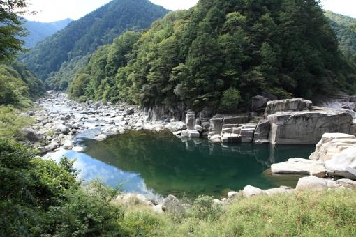 木曽路 川原と石 青く澄む 大きな石 昔話