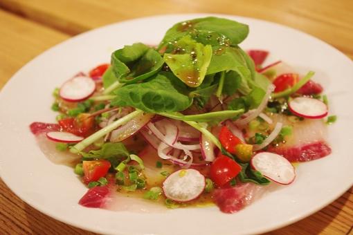 サラダ 野菜 やさい さらだ ベジタブル ラディッシュ ルッコラ ヘルシー 健康的 彩 いろどり 赤 緑 グリーン カルパッチョ 魚 魚料理 ハマチ フィッシュ fish salad