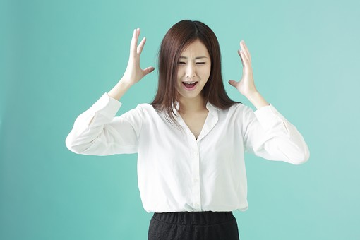 人物 日本人 女性 若者 若い  20代 かわいい 清楚 ロングヘア 長髪  ブラウス シャツ 白 屋内 スタジオ撮影  背景 緑 グリーンバック おすすめ ポーズ  表情 上半身 イライラ ムシャクシャ 苛立つ 叫ぶ  mdjf009