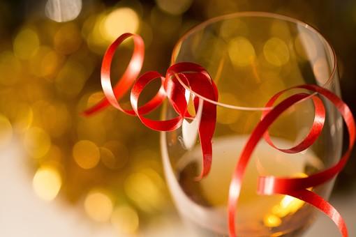 パーティー 宴会 イベント 催し 行事 飲み会 おもてなし 飲食 飲み物 ドリンク お酒 アルコール グラス テーブル 屋内 室内 レストラン ホテル ホームパーティー 華やか グラス カクテル シャンパン リボン 光 アップ 無人 きらめき ワイン 白ワイン ワイングラス 誕生日