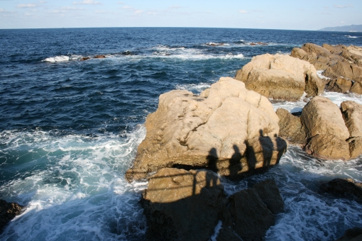 岩に写る人影の写真