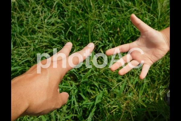 草場でじゃんけんの写真
