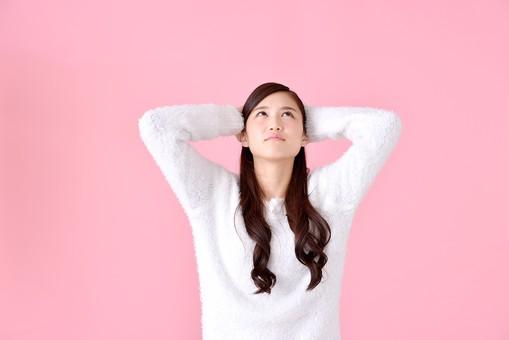 人物 女性 日本人 若者 若い   20代 美人 かわいい ロングヘア カジュアル  ラフ 私服 セーター ニット 屋内  スタジオ撮影 背景 ピンク ピンクバック ポーズ  おすすめ 上半身 両手 見上げる 上向き 仰ぎ見る 仰ぐ 考える 頭を抱える mdjf007