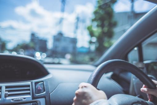 ドライブを楽しむ女性の写真
