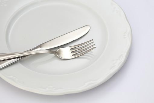 食器 洋食器 カトラリー 銀色 食事 ナイフ フォーク 皿 白 食卓 雑貨 日用品 テーブルウェア 食べる 切る 運ぶ 盛り付ける 料理 キッチン ダイニング 朝食 昼食 夕食 家族 テーブル 食後 食前 準備 片付ける