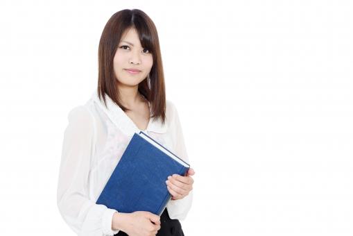 女性 人物 女の子 20代 二十代 日本人 かわいい 可愛い 笑顔 えがお ビジネスウーマン ビジネス オフィス 秘書 ポートレート モデル 会社 明るい 美人 美しい きれい 綺麗 若い ol さわやか にこやか 朗らか 学生 女学生 女子学生 大学生 本 ブック 辞書 資料 手に持つ 先生 教師 図書室 手 持つ 白バック 白背景 スタジオ スタジオ撮影 一人 1人 上半身 無地背景