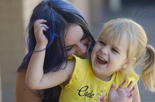 人物 外国人 外人 家族 親子  ファミリー 母と子 お母さん ママ こども  子供 女の子 娘 少女 幼児  幼い かわいい スキンシップ ふれあい 戯れる 笑顔 楽しい うれしい 嬉しい 抱く 抱き締める  mdfk013 mdff090