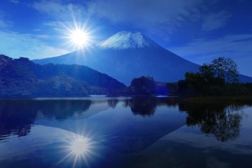 逆さ富士山と初日の出の写真