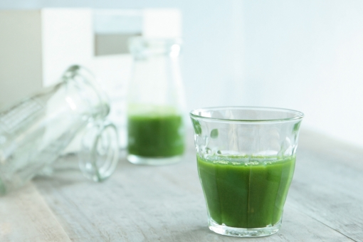 健康 青汁 スムージー グリーン サプリメント 朝食 朝ごはん 朝 光 ヘルシー メンタルヘルス 緑 爽やか 清々しい 朝の光 健康管理
