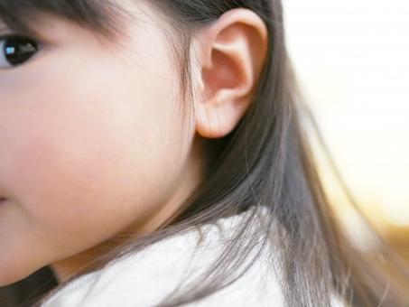 子ども 子供 幼児 女児 難聴 横顔 片目 髪 流し目 japanese girl kids ear かわいい pretty 目線 見ている 聞いている 視線 女の子 耳