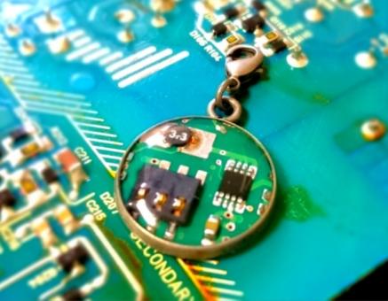 コンビューター 基盤 データ チャーム 雑貨 電子部品 手作り 機械 メカ チップ パーツ 回路 金属 電気 配線 プログラム 工作 デジタル アナログ IC 分解 電圧 電源 科学 サイエンス ロボット マイクロ モジュール フレキシブル ユニバーサル