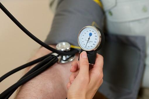 病院 医院 診療所 屋内 室内 診察室 血圧測定 血圧計 血圧 血圧を測る 診察 検査 健康診断 人間ドック 高血圧 低血圧 医者 医師 看護師 看護婦 男性 患者 手元 腕 右腕 カフ ゲージ エアホース チューブ
