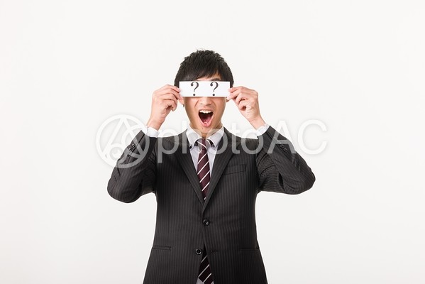 クエスチョンマークで目を隠すビジネスマン1の写真