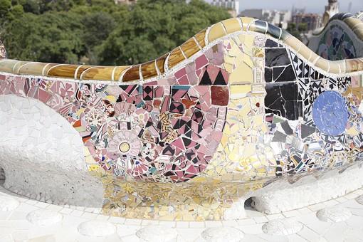 海外 外国 ヨーロッパ スペイン バルセロナ グエル公園 グエル伯爵 ガウディ アントニオ 建築 建築物 建物 建築家 デザイナー タイル モザイク トレンカディス ジュゼップ マリア ジュジョール 旅行 旅 観光 トリップ トラベル 曲線 トカゲ 外観 有機的 カラフル 赤 黄色 黒 青