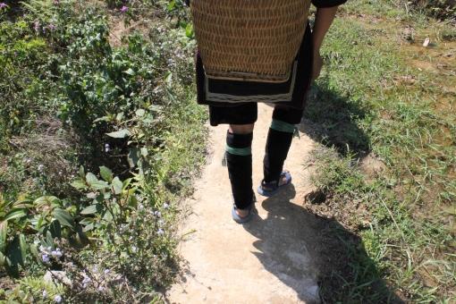 女性 女 足 民族衣装 少数民族 山岳民族 トレッキング 足取り 歩む 歩く 一歩 進む 道 前進 ベトナム サパ モン族 足腰 強い 山道 山 田舎 光 自然 Vietnam sapa