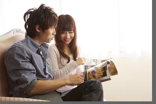 人物 カップル 恋人 若者 20代 夫婦 ファミリー 新婚 男性 女性 二人 雑誌 ファッション誌 楽しむ 語り合う 仲良し 一緒 笑顔 リビング ソファ 室内 カーテン 日差し 休日 休暇 若い 日本人 mdjm022 mdjf040
