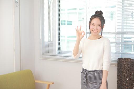 カフェ 喫茶店 コーヒーショップ パーラー  茶房 カフェテリア 飲食店 レストラン 人物 女性 女子 若い 若者 店員 スタッフ 従業員 職員 仕事 労働 バイト 社員 フリーター 接客 サービス もてなし 了承 日本人  mdjf026