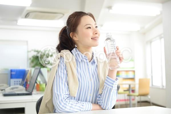 水を飲むキャリアウーマン3の写真