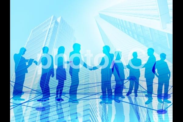 ビジネスマンの契約成立の握手とネットワークの写真