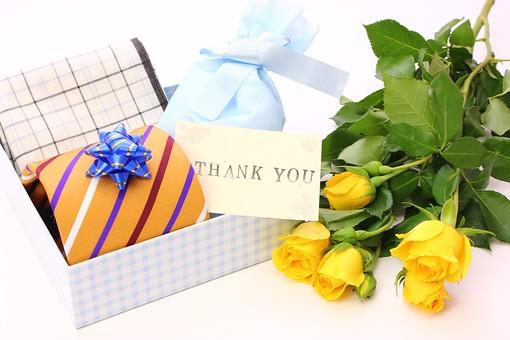 父の日 イベント プレゼント ギフト 行事   明るい    6月 六月  贈る     プレゼント 箱 ネクタイ ハンカチ メッセージ メッセージカード 感謝 ありがとう thank you THANK YOU 白 白バック バラ ばら 薔薇 花 フラワー 花束