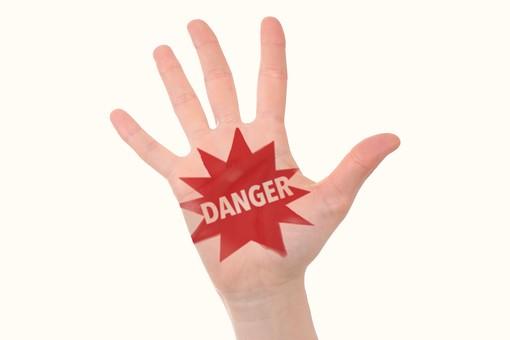 人物 手 手のひら 文字 英語 英字 メッセージ 危険 危ない キケン DANGER 合図 サイン 素材 注目 注意 リスク 言葉 脅威 警告 警戒 忠告 用心 白バック 白背景 アップ