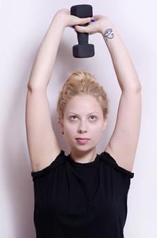 フィットネス写真 人物 1人 外国人 白人 セルビア人 女性 大人 若い 金髪 スポーツ フィットネス エクササイズ 体操 運動 トレーニング シェイプアップ ダイエット 引き締め 屋内 スタジオ ジム クラブ 美 美容 健康 ボディ スリム 脂肪 筋肉 筋トレ ストレッチ 腕 ダンベル 鉄アレイ ウエイトトレーニング Tシャツ 上半身 持ち上げる mdff014