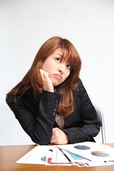 人物 日本人 仕事 ビジネス 会社員  社員 屋内 室内 社内 デスクワーク  オフィス 事務所 会社 女性 OL 会議 ミーティング 机 座る 頬杖 ほおづえ 資料 書類 聞く 退屈 うんざり 飽きる 表情 オーバーリアクション mdfj012