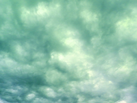 くもり 雲 曇り 雨 雨雲 梅雨 風 台風 不安 緑 青 灰 グレー クラウド クラウディ 天気 天候 背景 ブルー 災害 汚染 大気 テクスチャ 背景 グリーン