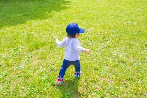 子供 1歳 テケテケ タタタ 芝生 緑 男の子 野原 草むら 公園 春 初夏 暖かい 暑い 日差し 帽子 腕まくり かける 駈け出す 子育て イクメン ママ友 育児 のどか 見守る 明るい 楽しい はしゃぐ 走り回る 追いかけっこ ボール ダッシュ 日向 眩しい atohs